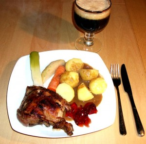 Stegt and med kartofler, sovs, efterårsgrøntsager og øl