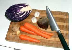 Rødkål, gulerødder, rødbede, skalotteløg og ingefær til rød coleslaw