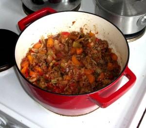 Spaghetti Bolognese simrer på komfuret i min lækre Pyrex Slowcook støbejernsgryde