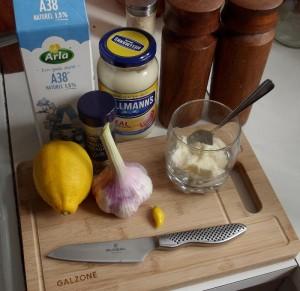 Ingredienser til krydret mayonnaise til dampede muslinger og ovnfritter