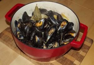 Dampede muslinger klar til servering i gryden