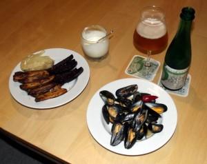 Dampede muslinger, dampet fennikel, og ovnfritter af kartofler og rødbeder med kryddermayo.