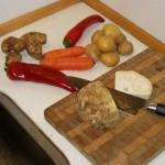 Jordskokker, snackpeber, gulerødder, kartofler og selleri til ølbraiserede svinekæber