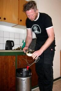 På håndbryggervis skænkes smagsprøver af forsøgsbryg med ny fynsk ølgær