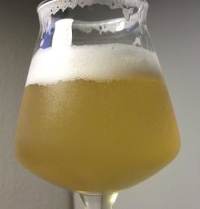 Bemærk den lyse gyldne farve og de fint perlende bobler i glasset. Det er smuk øl.
