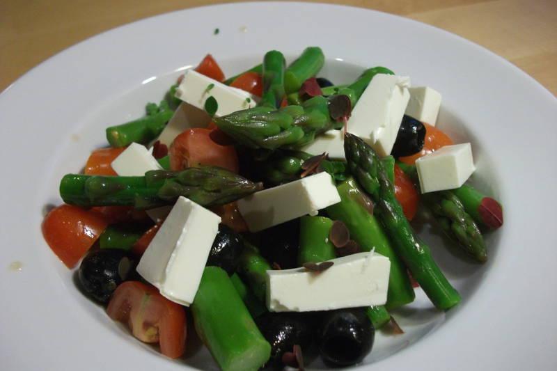 Aspargessalat med tomat, oliven og fetaost