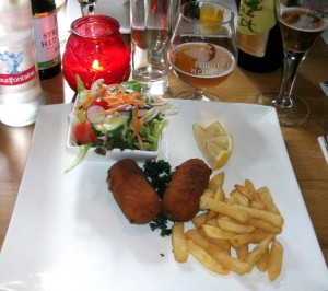 Ganaalkroketje with green salad and fries, and various beers from De Halve Maan