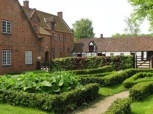 Klosterhaven på Esrum Kloster, med urter som gennem tiden har været brugt som medicin, og som smagsgiver i mad og øl.