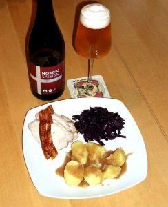 Nordic Saison til flæskesteg, hjemmelavet rødkål, og kartofler med brun sovs.