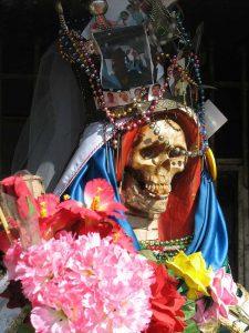 La Santa Murte iført festdragt og fejret med blomster (billede: Wikipedia)