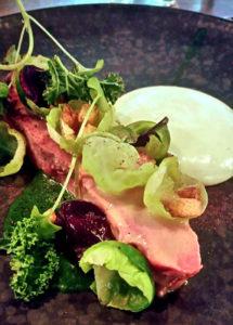Kalvespidsbryst med kål og peberrodssauce på Restaurant mmoks