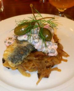 Stegt sild med bløde løg og kaperscreme til frokost på Kong Volmer i Odense