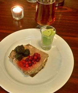 Gammeldags oksesteg med tranebær, glaserede perleløg og grøn bønnemos til frokost på Kong Volmer i Odense