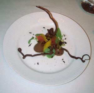 Dessert på Restaurant The Balcony med citrusfrugt, chokolade og myrer