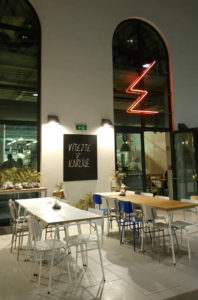 Eska Restaurant ligger i forbindelse med Forum Karlin, så der er indgang under halvtag med højt til loftet