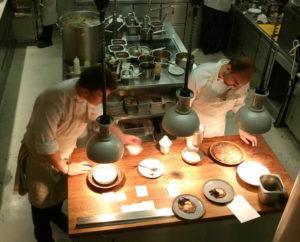 Eska Restaurant er inspireret af Nyt Nordisk og har naturligvis åbent køkken med fuldt udsyn fra trappen op til restaurantlokalet