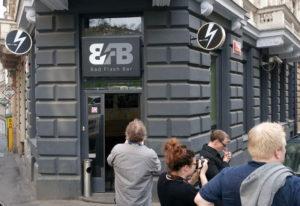 Bad Flash Bar. Der er også en afdeling i Karlin-kvarteret, tæt på floden.