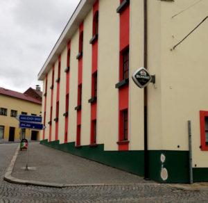 Det gamle bryggeri Rodinny pivovar Bernard holdes i flot stand, i modsætning til den ruin der blev overtaget i 1991