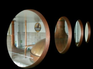På rundturen får man også et blik ind til det allerhelligste - brygværket i smuk kobber