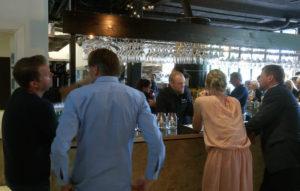 Direktøren fortæller Tore fra Herslev om stedet, mens bryggerne er sendt bag baren