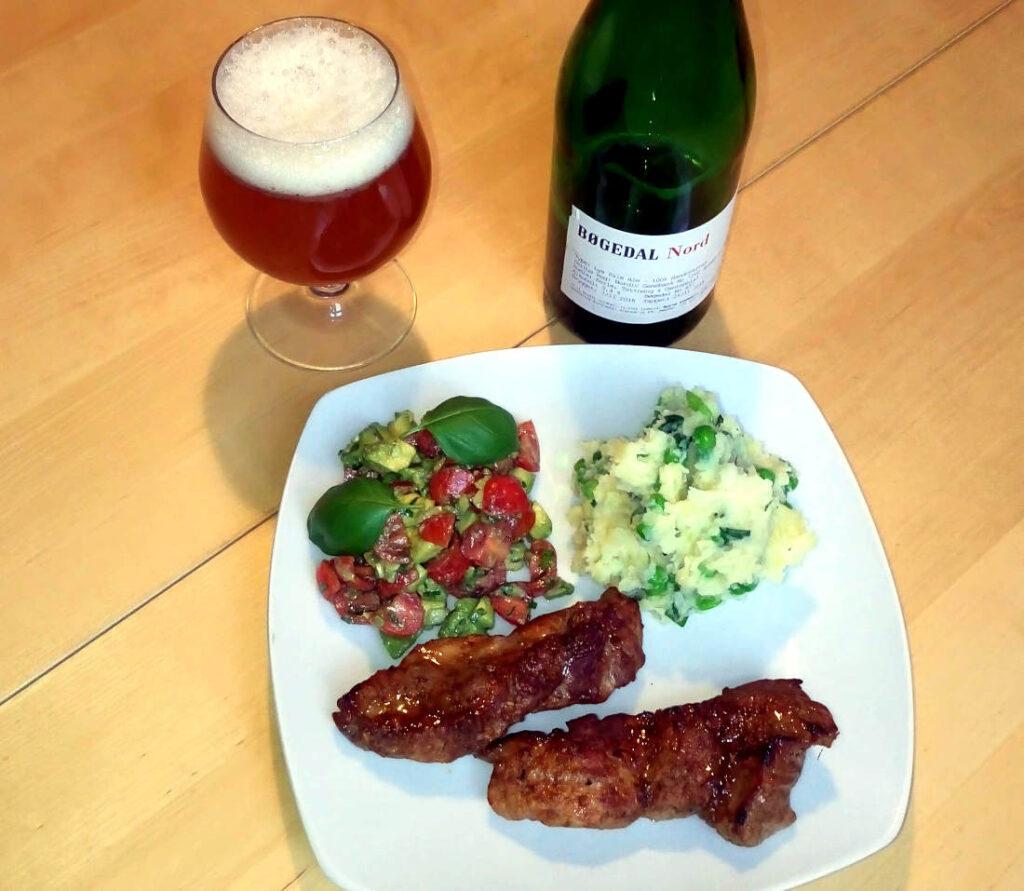 Øl og mad. Spareribs uden ben serveret med Bøgedal Nord.