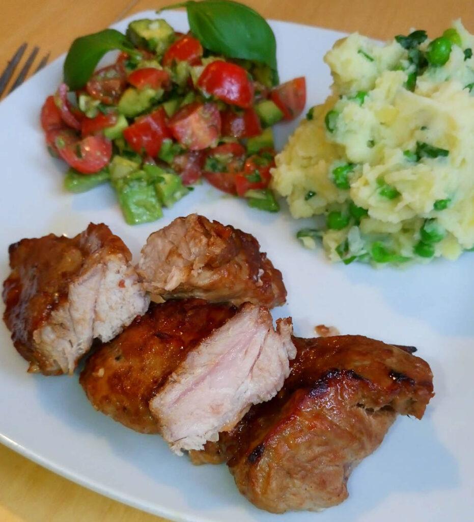 Nakkefilet som Spareribs uden ben. Kartoffelmos med løg, ærter og ramsløg Salsa af tomat og avocado.