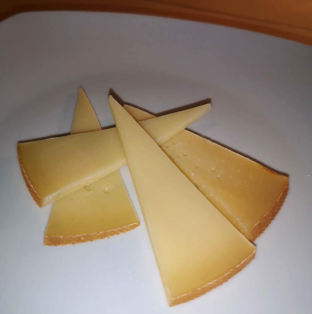 Den smukke ost Skærsild som er koldrøget Fynbo-ost